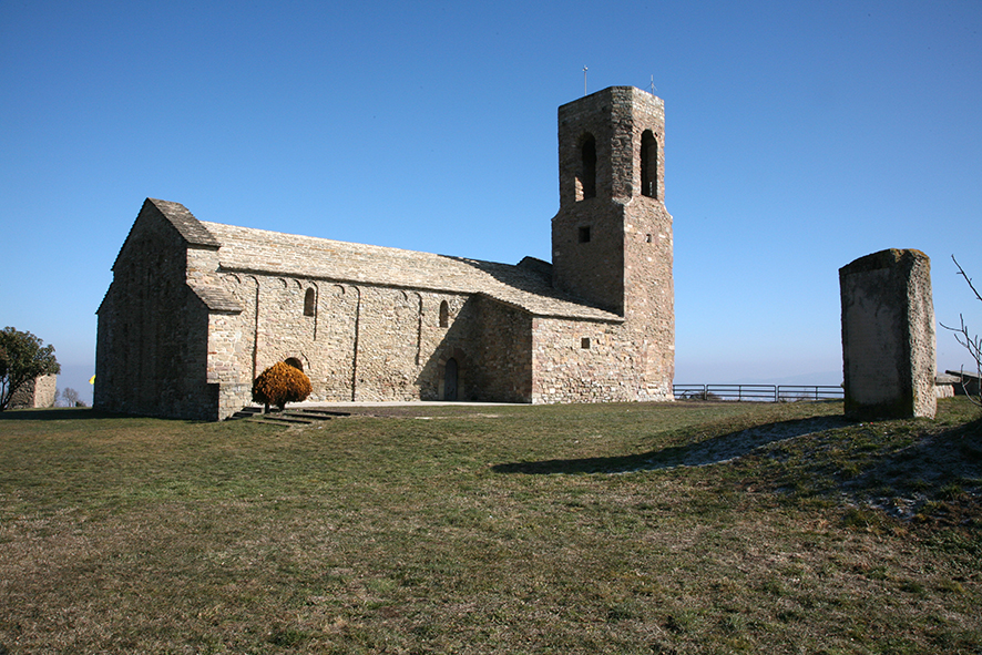 Sant Andreu del Castell i al fons, la Torre dels Moros                      © Imatge Jordi Bastart